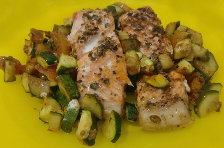 Trancio di salmone con zucchine e pomodorini