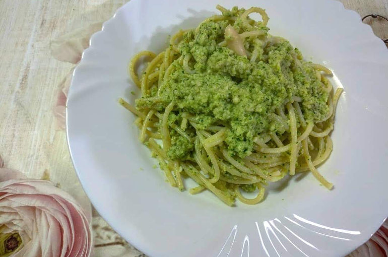 Spaghetti con pesto di zucchine e mandorle