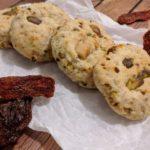 Cookies salati con formaggio stagionato e frutta secca
